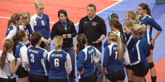 Blue Raiders huddle up before going into the decisive fifth set at nationals.