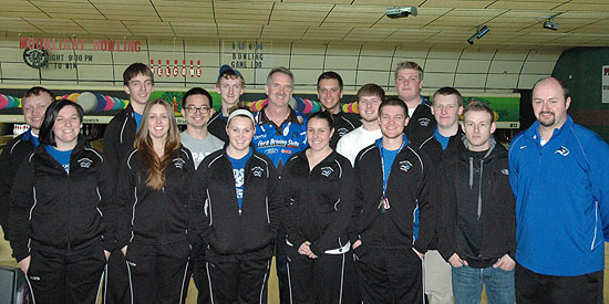 Walter Ray Williams Jr. (Center) with the Blue Raider men's and women's bowling teams